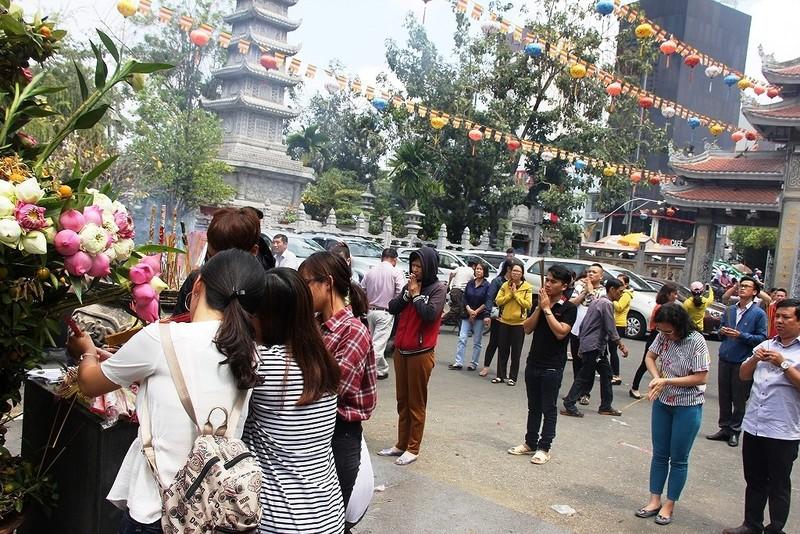 Dân nô nức đi chùa vào Tết Nguyên Tiêu - ảnh 1