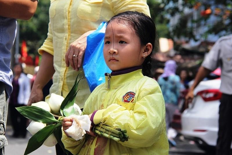 Dân nô nức đi chùa vào Tết Nguyên Tiêu - ảnh 3