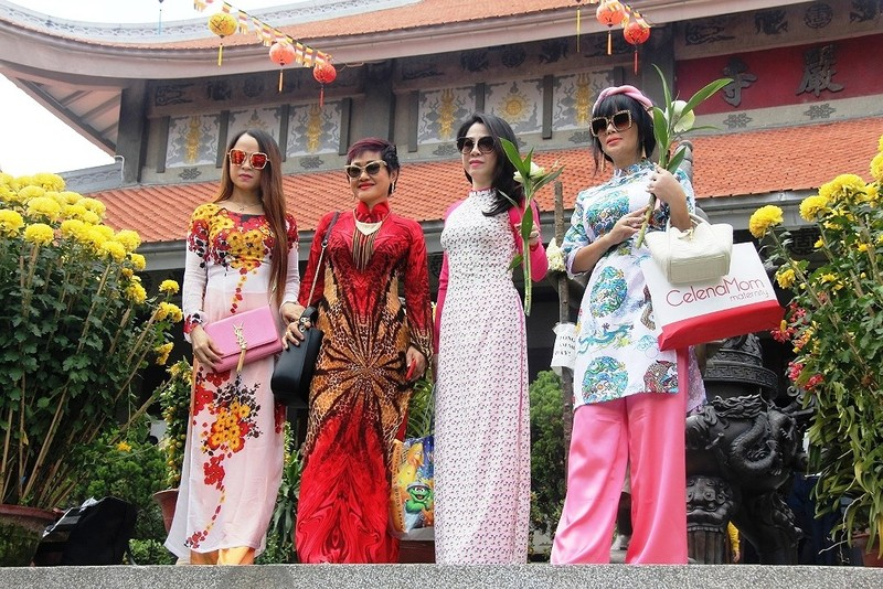 Dân nô nức đi chùa vào Tết Nguyên Tiêu - ảnh 6