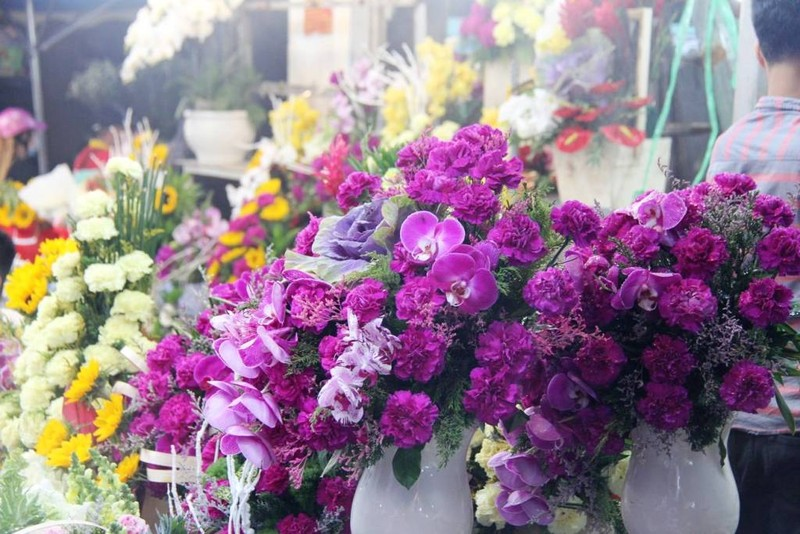 Đấng mày râu vừa đón con vừa mua hoa ngày 8-3 - ảnh 1