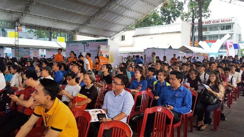 Hàng ngàn người tham gia ngày hội tuyển dụng việc làm - ảnh 1