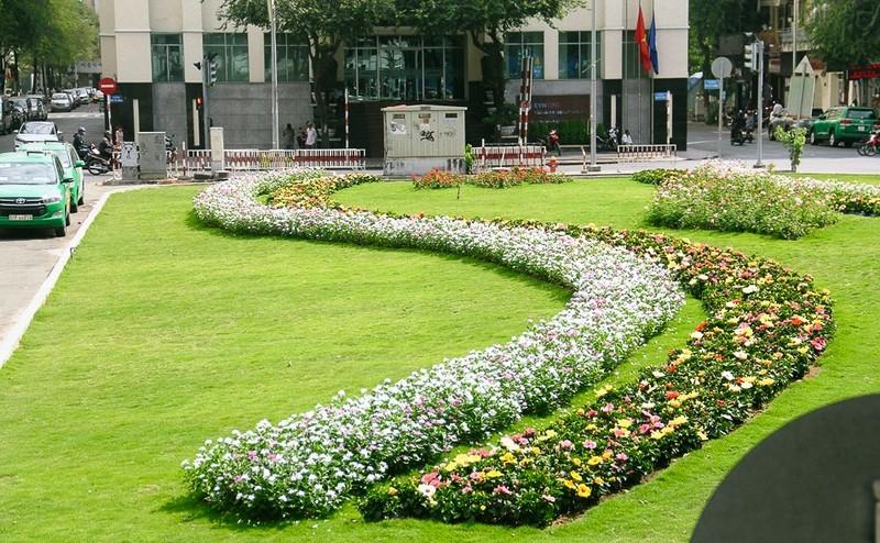 Biến bãi xe bỏ hoang thành vườn hoa xanh ngát - ảnh 1