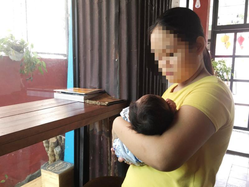 Bé gái 13 tuổi làm mẹ không có tiền mua sữa cho con - ảnh 1