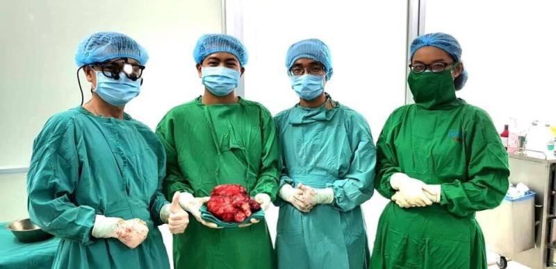 Tưởng đau dạ dày, bất ngờ phát hiện khối u 2,5 kg - ảnh 1