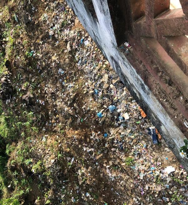 Dân địa phương 'tố' du khách xả rác bẩn Sa Pa - ảnh 1