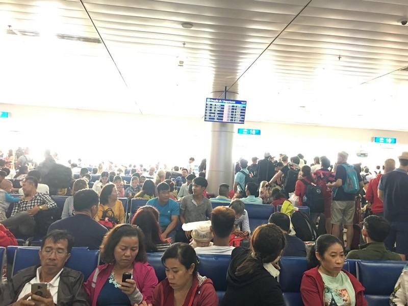 Đêm 30 Tết, sân bay Tân Sơn Nhất vẫn đông nghịt khách - ảnh 1