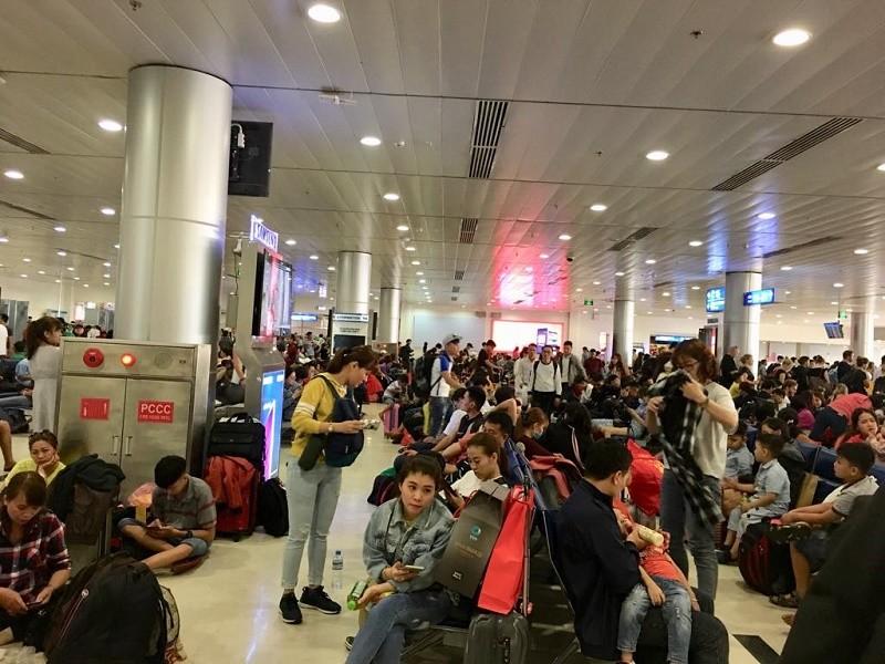 Đêm 30 Tết, sân bay Tân Sơn Nhất vẫn đông nghịt khách - ảnh 2