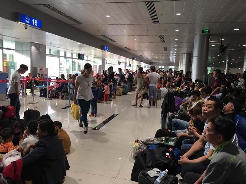 Đêm 30 Tết, sân bay Tân Sơn Nhất vẫn đông nghịt khách - ảnh 3