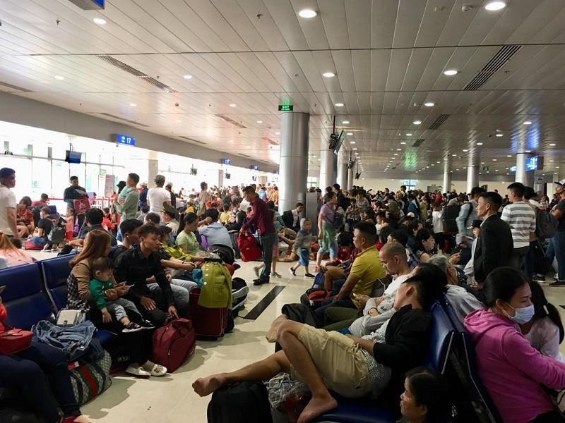 Đêm 30 Tết, sân bay Tân Sơn Nhất vẫn đông nghịt khách - ảnh 4