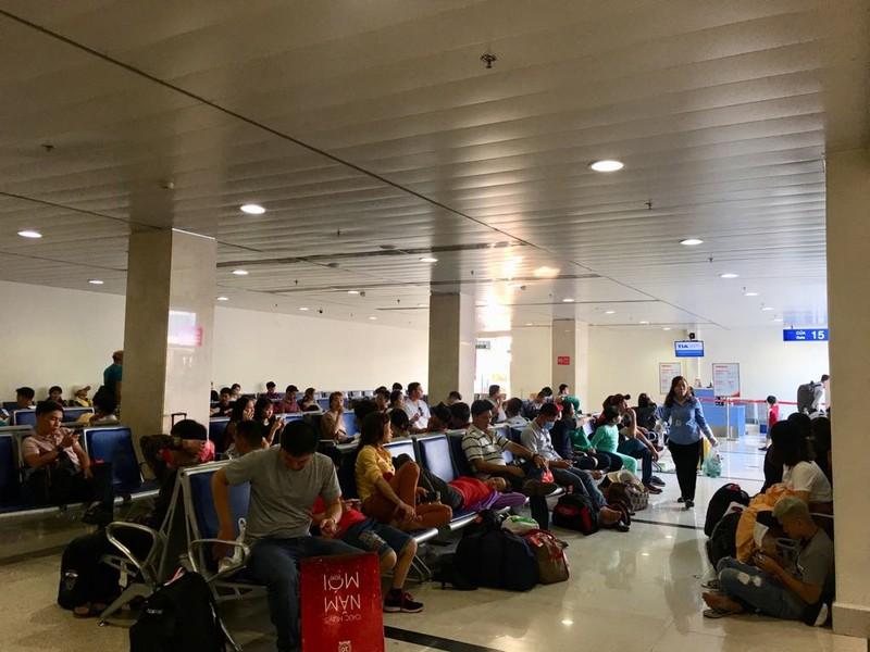 Đêm 30 Tết, sân bay Tân Sơn Nhất vẫn đông nghịt khách - ảnh 5