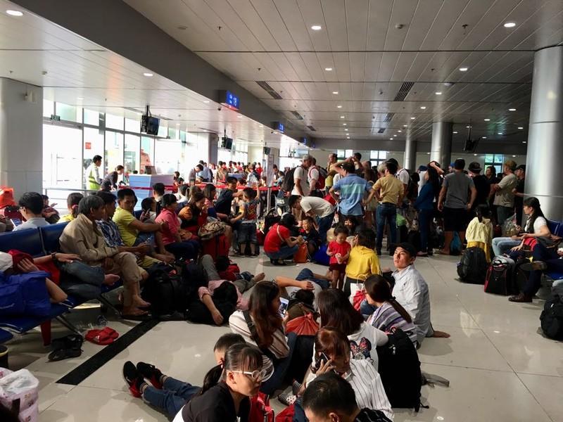 Đêm 30 Tết, sân bay Tân Sơn Nhất vẫn đông nghịt khách - ảnh 6