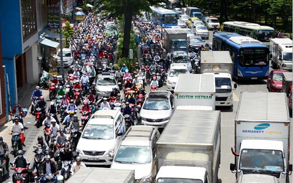 Phạt gần 900 triệu đồng các xe vi phạm khu vực Tân Sơn Nhất - ảnh 1
