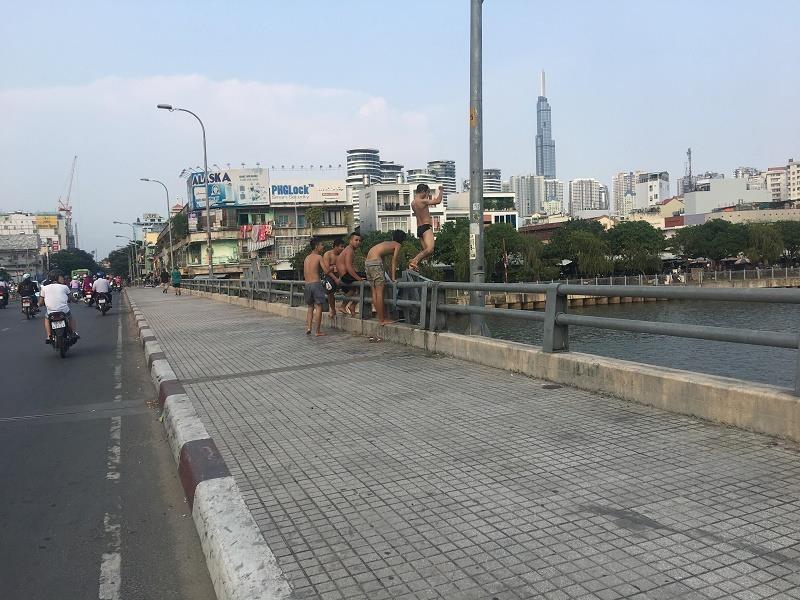 Trẻ em nhảy cầu, tắm kênh Nhiêu Lộc: Nguy hiểm! - ảnh 1