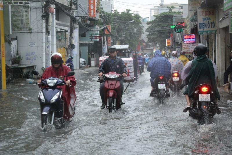 Người TP.HCM 'bơi' trên phố sau mỗi cơn mưa lớn - ảnh 1