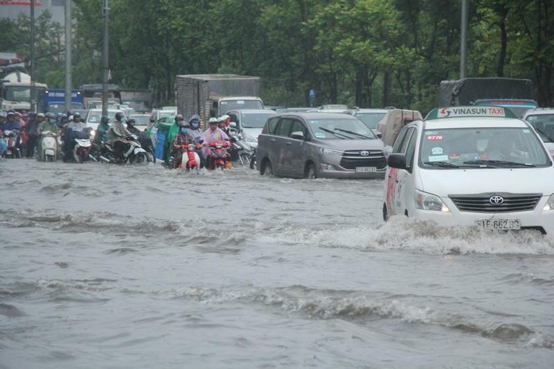 Người TP.HCM 'bơi' trên phố sau mỗi cơn mưa lớn - ảnh 2