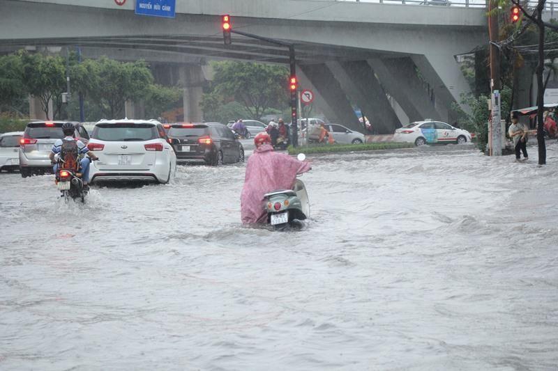 Người TP.HCM 'bơi' trên phố sau mỗi cơn mưa lớn - ảnh 3