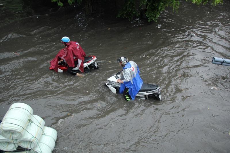 Người TP.HCM 'bơi' trên phố sau mỗi cơn mưa lớn - ảnh 4