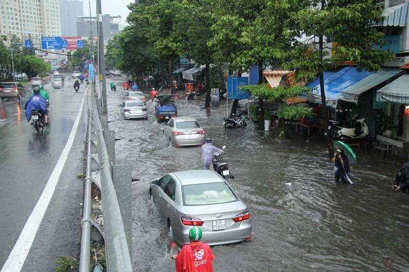 Người TP.HCM 'bơi' trên phố sau mỗi cơn mưa lớn - ảnh 5
