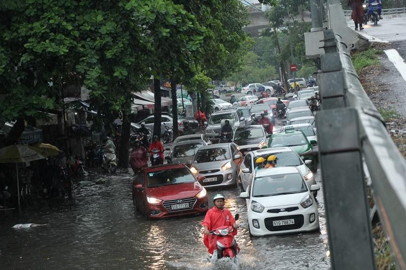 Người TP.HCM 'bơi' trên phố sau mỗi cơn mưa lớn - ảnh 6