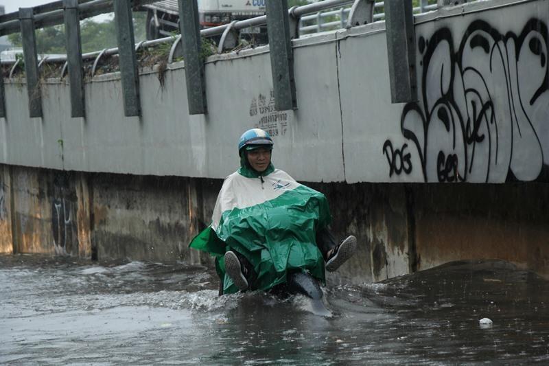Người TP.HCM 'bơi' trên phố sau mỗi cơn mưa lớn - ảnh 7