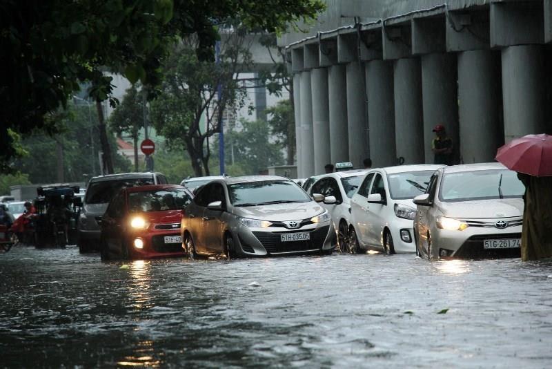 Người TP.HCM 'bơi' trên phố sau mỗi cơn mưa lớn - ảnh 8
