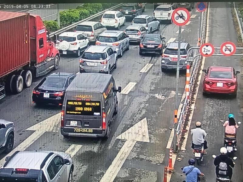 Hàng loạt ô tô tràn vào làn xe máy trên cao tốc  - ảnh 1