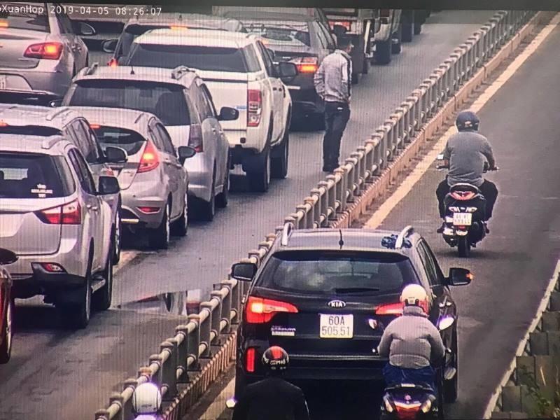 Hàng loạt ô tô tràn vào làn xe máy trên cao tốc  - ảnh 3