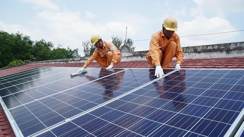 Dân Bình Thuận 'đua nhau' lắp đặt điện mặt trời - ảnh 2