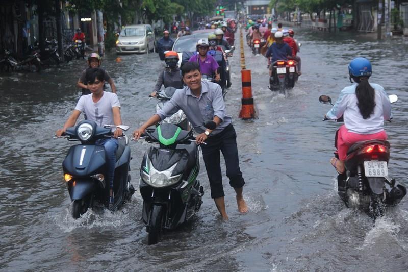 Cơn mưa đúng giờ tan tầm làm khổ người đi đường - ảnh 3