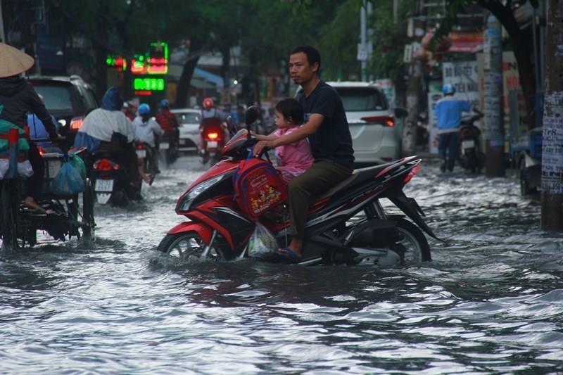 Cơn mưa đúng giờ tan tầm làm khổ người đi đường - ảnh 1