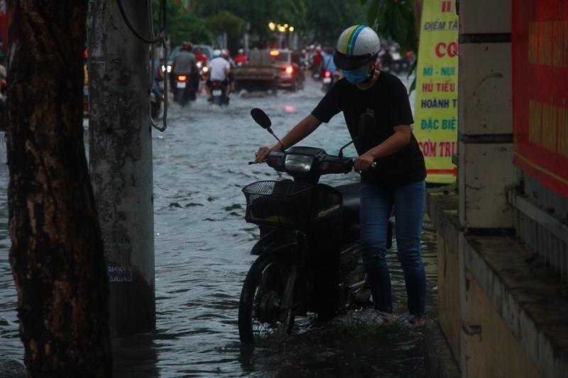 Cơn mưa đúng giờ tan tầm làm khổ người đi đường - ảnh 2