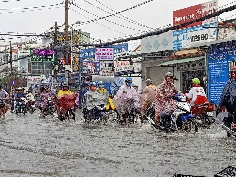 TP.HCM: Khổ sở vì cơn mưa đúng giờ tan tầm - ảnh 1