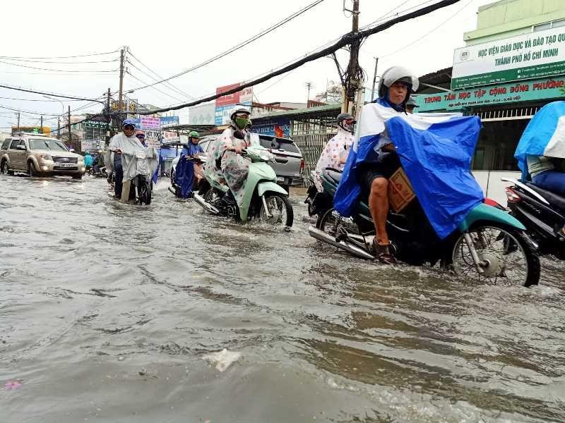 TP.HCM: Khổ sở vì cơn mưa đúng giờ tan tầm - ảnh 2