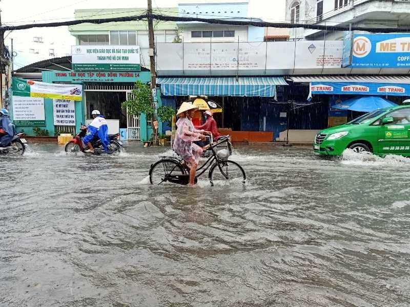 TP.HCM: Khổ sở vì cơn mưa đúng giờ tan tầm - ảnh 4