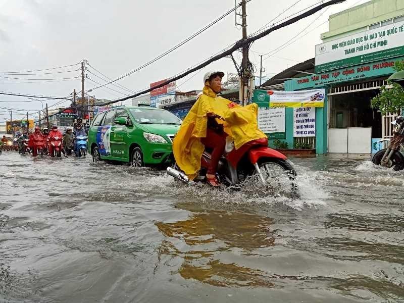 TP.HCM: Khổ sở vì cơn mưa đúng giờ tan tầm - ảnh 5