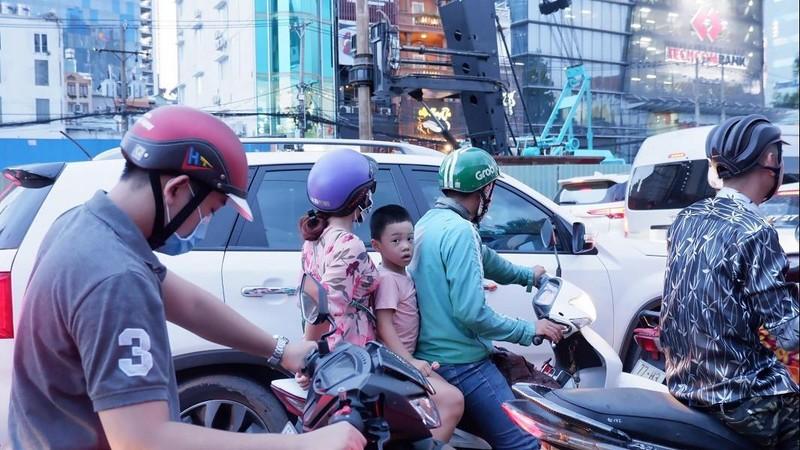 Đường Tôn Đức Thắng kẹt xe nghiêm trọng sau rào đường - ảnh 5