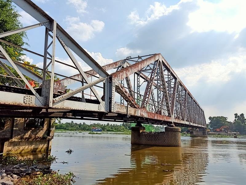 Bắt đầu tháo dỡ cầu sắt 100 tuổi nối Bình Dương - TP.HCM - ảnh 1