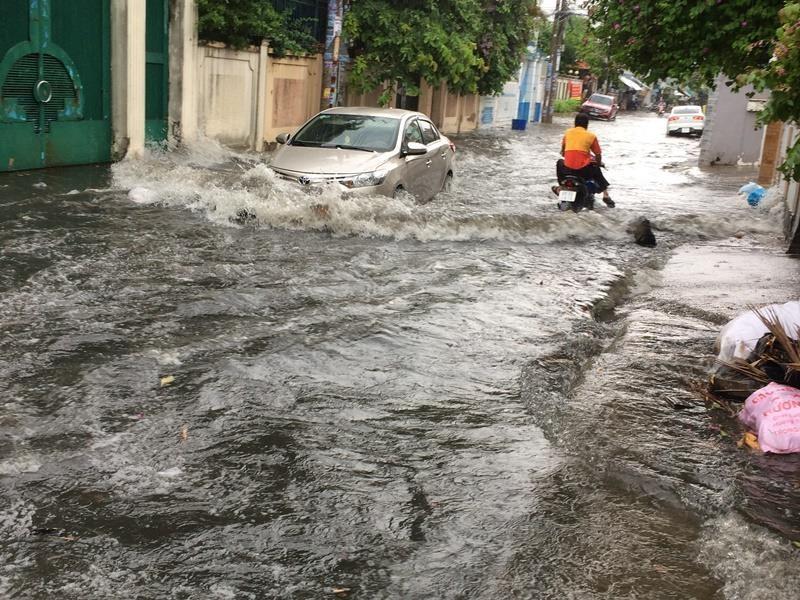Khu 'nhà giàu' lại bị ngập sâu sau cơn mưa lớn - ảnh 1