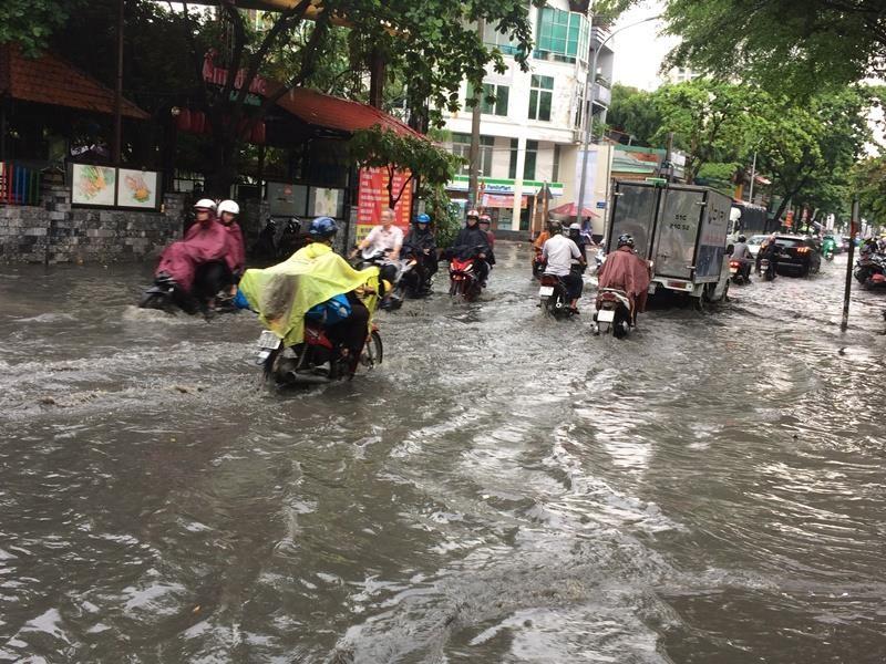 Khu 'nhà giàu' lại bị ngập sâu sau cơn mưa lớn - ảnh 2