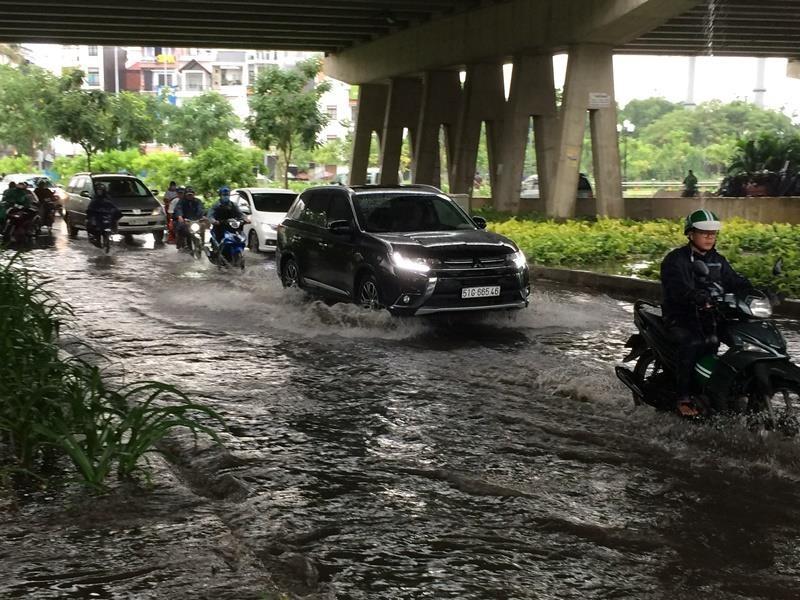 Khu 'nhà giàu' lại bị ngập sâu sau cơn mưa lớn - ảnh 4