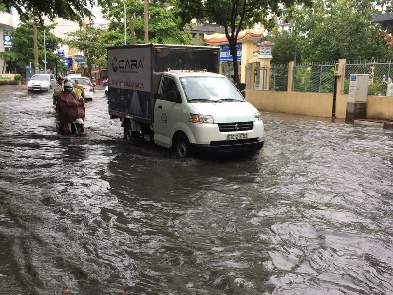 Khu 'nhà giàu' lại bị ngập sâu sau cơn mưa lớn - ảnh 5