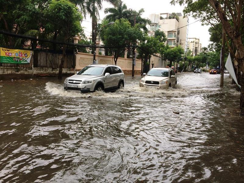 Khu 'nhà giàu' lại bị ngập sâu sau cơn mưa lớn - ảnh 6