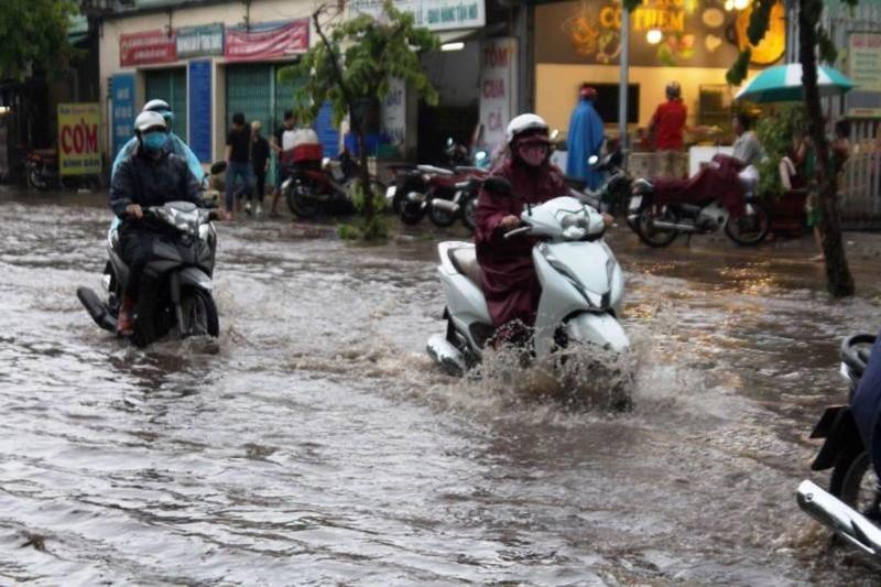 TPHCM: Mưa lớn, đường ngập, hàng loạt xe chết máy - ảnh 1