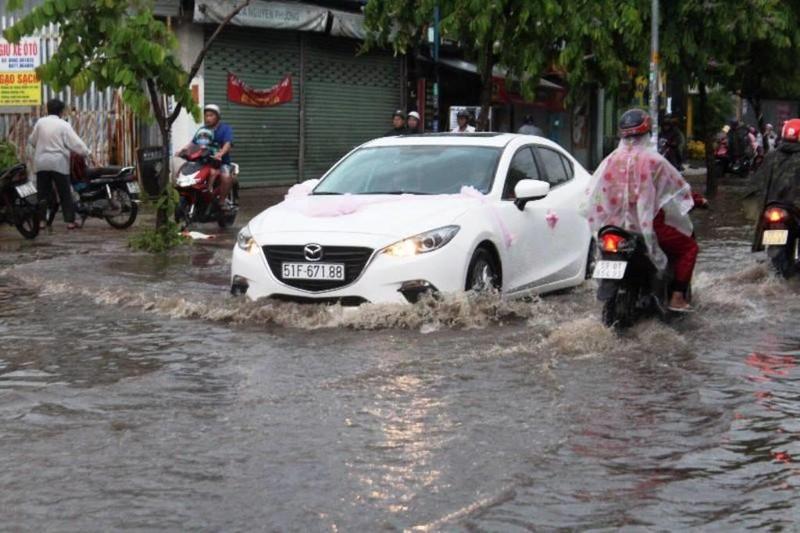TPHCM: Mưa lớn, đường ngập, hàng loạt xe chết máy - ảnh 3