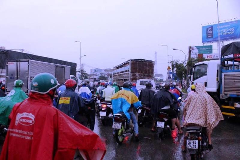 TPHCM: Mưa lớn, đường ngập, hàng loạt xe chết máy - ảnh 5