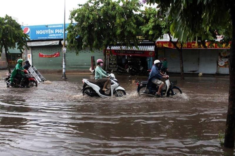 TPHCM: Mưa lớn, đường ngập, hàng loạt xe chết máy - ảnh 6