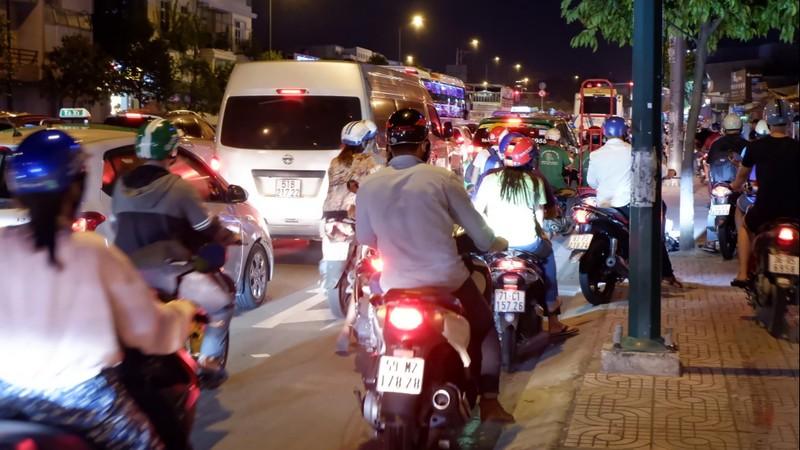 Đường Phạm Văn Đồng kẹt xe kéo dài - ảnh 2