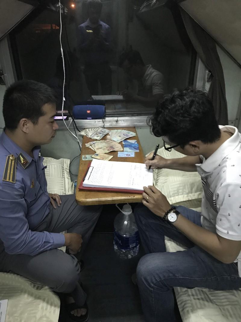 Nhân viên đường sắt trả lại tiền cho hành khách bỏ quên - ảnh 1
