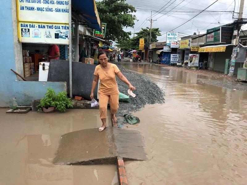 Ngao ngán với con đường đi làm ướt như đi bơi - ảnh 2