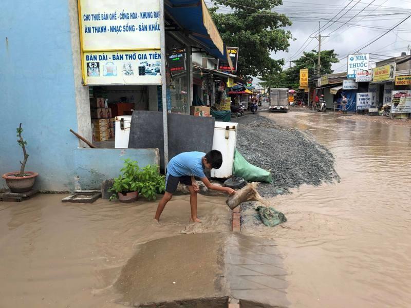 Ngao ngán với con đường đi làm ướt như đi bơi - ảnh 7